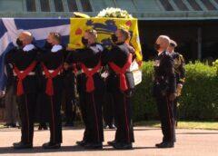 Είναι περίεργο συγκινητικό αλλά και ενδιαφέρον να βλέπεις τα Εθνικά μας χρώματα στο λάβαρο του πρίγκιπα Φιλίππου.